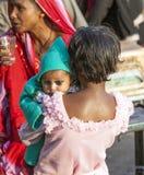 Το νέο κορίτσι κρατά την αδελφή μωρών της Στοκ Εικόνα