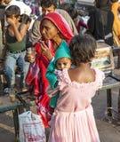 Το νέο κορίτσι κρατά την αδελφή μωρών της Στοκ φωτογραφία με δικαίωμα ελεύθερης χρήσης