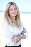 Το νέο κορίτσι με ένα καλό χαμόγελο Στοκ εικόνες με δικαίωμα ελεύθερης χρήσης
