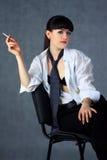 Το νέο κορίτσι με ένα τσιγάρο Στοκ Εικόνες