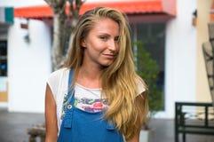 Το νέο κορίτσι με ένα χαμόγελο επάνω στο πρόσωπο, μια μακριά δίκαιη τρίχα Στοκ φωτογραφία με δικαίωμα ελεύθερης χρήσης