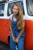 Το νέο κορίτσι με ένα χαμόγελο επάνω στο πρόσωπο, μια μακριά δίκαιη τρίχα Στοκ Εικόνα