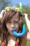 Το νέο κορίτσι με κολυμπά με αναπνευτήρα Στοκ Εικόνα