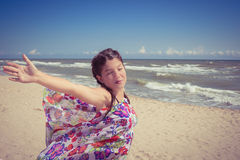 Το νέο κορίτσι με τα μάτια έκλεισε την απόλαυση του ήλιου και του αέρα στοκ εικόνα με δικαίωμα ελεύθερης χρήσης