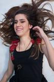 Το νέο κορίτσι με την αμάνικη μπλούζα με το floral σχέδιο πρέπει επάνω Στοκ εικόνα με δικαίωμα ελεύθερης χρήσης