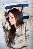 Το νέο κορίτσι με τους ύπνους ευχαρίστησης σε ένα μαξιλάρι Στοκ φωτογραφία με δικαίωμα ελεύθερης χρήσης