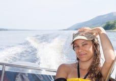 Το νέο κορίτσι οδηγά motorboat στον ποταμό το θερινό απόγευμα στοκ εικόνα με δικαίωμα ελεύθερης χρήσης