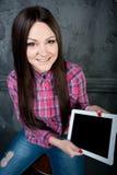 Το νέο κορίτσι ονειρεύεται και κρατά το touchpad Στοκ εικόνα με δικαίωμα ελεύθερης χρήσης