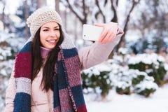 Το νέο κορίτσι παίρνει μια αυτοπροσωπογραφία Στοκ φωτογραφία με δικαίωμα ελεύθερης χρήσης
