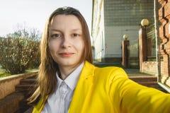 Το νέο κορίτσι παίρνει selfie από το χέρι στην οδό θερινών πόλεων Αστική έννοια ζωής Στοκ φωτογραφίες με δικαίωμα ελεύθερης χρήσης