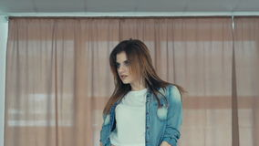 Το νέο κορίτσι παρουσιάζει κινήσεις χορού αργά απόθεμα βίντεο