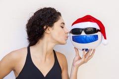 Το νέο κορίτσι παρουσιάζει σφαίρα ποδοσφαίρου με τα γυαλιά Στοκ Εικόνες