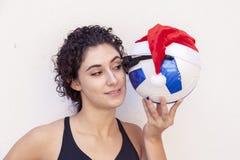 Το νέο κορίτσι παρουσιάζει σφαίρα ποδοσφαίρου με τα γυαλιά Στοκ φωτογραφία με δικαίωμα ελεύθερης χρήσης