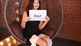 Το νέο κορίτσι παρουσιάζει την επιγραφή: έναρξη απόθεμα βίντεο