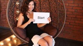 Το νέο κορίτσι παρουσιάζει την επιγραφή: έναρξη φιλμ μικρού μήκους