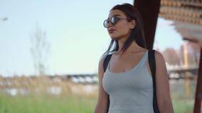 Το νέο κορίτσι περπατά στο πάρκο απόθεμα βίντεο
