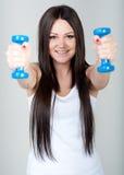 Το νέο κορίτσι πηγαίνει μέσα για τον αθλητισμό Στοκ φωτογραφίες με δικαίωμα ελεύθερης χρήσης
