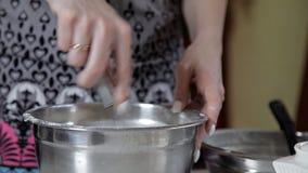 Το νέο κορίτσι που αναμιγνύει το αλεύρι με χτυπά ελαφρά μαγειρεύοντας τη ζύμη Πίτα, ψήσιμο, πιάτα απόθεμα βίντεο