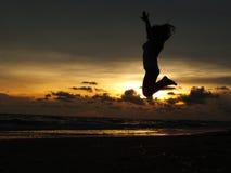 Το νέο κορίτσι που πηδά στις διακοπές στοκ εικόνες
