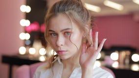 Το νέο κορίτσι προσπαθεί στα σκουλαρίκια απόθεμα βίντεο