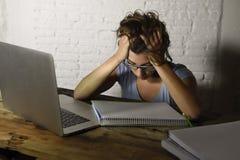 Το νέο κορίτσι σπουδαστών που μελετά τον κουρασμένο στο σπίτι φορητό προσωπικό υπολογιστή που προετοιμάζει το διαγωνισμό εξάντλησ Στοκ εικόνες με δικαίωμα ελεύθερης χρήσης