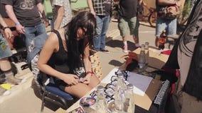 Το νέο κορίτσι στα γυαλιά ηλίου έκοψε τον αριθμό κάρτας χαρτοκιβωτίων άνθρωποι θερινό ηλιόλουστο swallowtail χλόης ημέρας πεταλού φιλμ μικρού μήκους