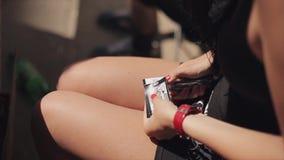 Το νέο κορίτσι στα γυαλιά ηλίου έκοψε τον αριθμό κάρτας χαρτοκιβωτίων και την δίνει στους ανθρώπους θερινό ηλιόλουστο swallowtail απόθεμα βίντεο
