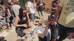 Το νέο κορίτσι στα γυαλιά ηλίου έκοψε τον αριθμό κάρτας χαρτοκιβωτίων για να της δώσει τους ανθρώπους θερινό ηλιόλουστο swallowta απόθεμα βίντεο