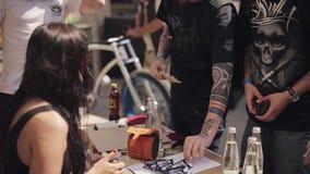 Το νέο κορίτσι στα γυαλιά ηλίου παίρνει τα χρήματα στο άτομο του δίνει την κάρτα χαρτοκιβωτίων θερινό ηλιόλουστο swallowtail χλόη απόθεμα βίντεο