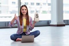 Το νέο κορίτσι στη σε απευθείας σύνδεση επιχειρησιακή έννοια Στοκ φωτογραφία με δικαίωμα ελεύθερης χρήσης