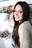 Το νέο κορίτσι συμμετέχει στα λουλούδια Στοκ Εικόνες