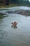 Το νέο κορίτσι της Νίκαιας είναι στον ποταμό στοκ εικόνες