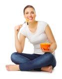 Το νέο κορίτσι τρώει τη σαλάτα καρπού Στοκ Φωτογραφίες