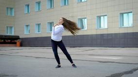 Το νέο κορίτσι χορεύει στην οδό Συναισθηματικός χορός στο ύφος του συγχρόνου απόθεμα βίντεο