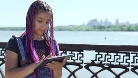 Το νέο κορίτσι χρησιμοποιεί μια ταμπλέτα που υπερασπίζεται τον ποταμό απόθεμα βίντεο