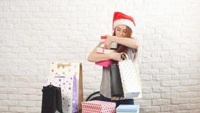 Το νέο κορίτσι Shopaholic παίρνει τα κιβώτια Χριστουγέννων απόθεμα βίντεο
