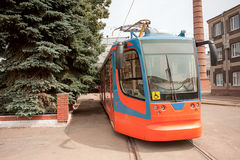 Το νέο κόκκινο και μπλε τραμ είναι σε ένα πάρκο έτοιμο να ταξιδεψει την άκυρη οδήγηση σημαδιών διαδρομών κίτρινη στοκ εικόνες