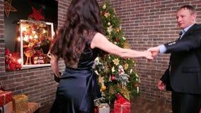 Το νέο κόμμα έτους ` s κοντά στο χριστουγεννιάτικο δέντρο, οικογένεια είναι όμορφοι χοροί στο σπίτι, ρομαντική στιγμή για έναν σύ φιλμ μικρού μήκους