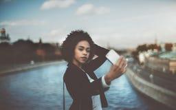 Το νέο μαύρο θηλυκό κάνει selfie στο κινητό τηλέφωνο της Στοκ Εικόνες