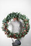 Το νέο μεγάλο στεφάνι Χριστουγέννων εκμετάλλευσης γυναικών παραδίδει μέσα τις ελαφριές, εποχιακές διακοπές, αγροτικό θέμα, εξωραϊ Στοκ φωτογραφία με δικαίωμα ελεύθερης χρήσης