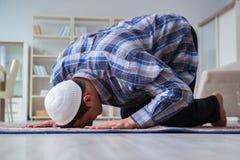 Το νέο μουσουλμανικό άτομο που προσεύχεται στο σπίτι Στοκ Εικόνες