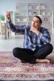 Το νέο μουσουλμανικό άτομο που προσεύχεται στο σπίτι Στοκ φωτογραφία με δικαίωμα ελεύθερης χρήσης