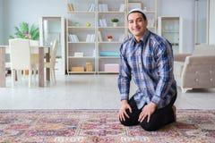 Το νέο μουσουλμανικό άτομο που προσεύχεται στο σπίτι Στοκ εικόνες με δικαίωμα ελεύθερης χρήσης