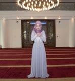 Το νέο μουσουλμανικό κορίτσι προσεύχεται στο μουσουλμανικό τέμενος Στοκ Φωτογραφία