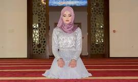 Το νέο μουσουλμανικό κορίτσι προσεύχεται στο μουσουλμανικό τέμενος Στοκ εικόνες με δικαίωμα ελεύθερης χρήσης