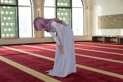 Το νέο μουσουλμανικό κορίτσι προσεύχεται στο μουσουλμανικό τέμενος Στοκ εικόνα με δικαίωμα ελεύθερης χρήσης