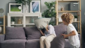 Το νέο παιχνίδι γυναικών δορά-και-επιδιώκει με το γιο έπειτα που έχει την πάλη και το γέλιο μαξιλαριών απόθεμα βίντεο