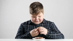Το νέο παχύ αγόρι βγάζει ένα παιχνίδι από ένα αυγό 50 σοκολάτας fps απόθεμα βίντεο