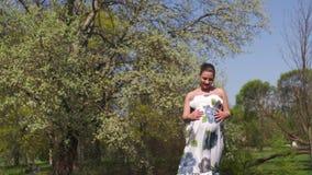 Το νέο περπάτημα ταξιδιωτικών εγκύων γυναικών, τρέχοντας, γυρίζοντας γύρω και απολαμβάνει το ελεύθερο χρόνο ελεύθερου χρόνου της  φιλμ μικρού μήκους