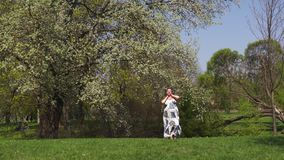 Το νέο περπάτημα ταξιδιωτικών εγκύων γυναικών, τρέχοντας, γυρίζοντας γύρω και απολαμβάνει το ελεύθερο χρόνο ελεύθερου χρόνου της  απόθεμα βίντεο